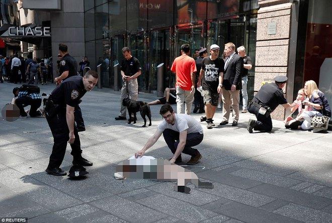 Nạn nhân nằm la liệt sau vụ xe điên lao vào đám đông ở Quảng trường Thời Đại - Ảnh 8.