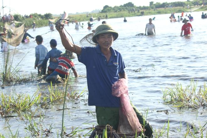 Hà Tĩnh: Hàng trăm người đội nắng xuống đầm bắt cá để cầu may - Ảnh 6.