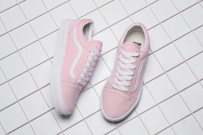 Giải mã bí ẩn đôi giày lúc màu xanh - ghi, lúc lại hồng - trắng - Ảnh 3.