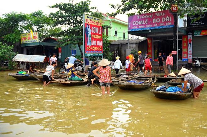 Chùm ảnh: Kiếm bộn tiền từ việc chèo đò qua điểm ngập nặng trong đợt lụt lịch sử tại Ninh Bình - ảnh 6
