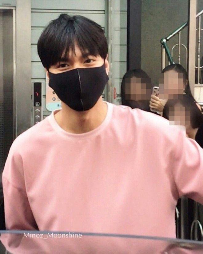 Lee Min Ho luôn xuất hiện với dáng vẻ rạng rỡ, vui vẻ. Nhiều fan còn chia sẻ hình ảnh của anh và khen anh điển trai hơn trước