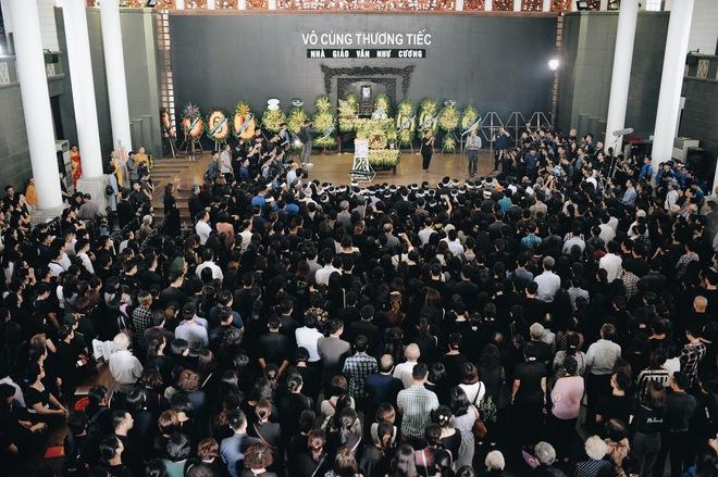 Hàng nghìn học sinh Lương Thế Vinh đứng hai bên đường tiễn đưa đoàn xe chở linh cữu thầy Văn Như Cương về nơi an nghỉ cuối cùng - Ảnh 9.