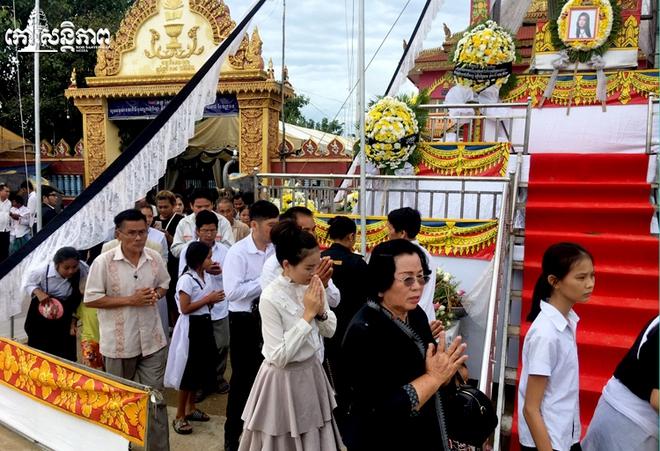 Đám tang Á quân The Voice Campuchia bị chồng bắn chết: Hai con thơ dại và bạn trai tin đồn đến đưa tiễn - Ảnh 3.