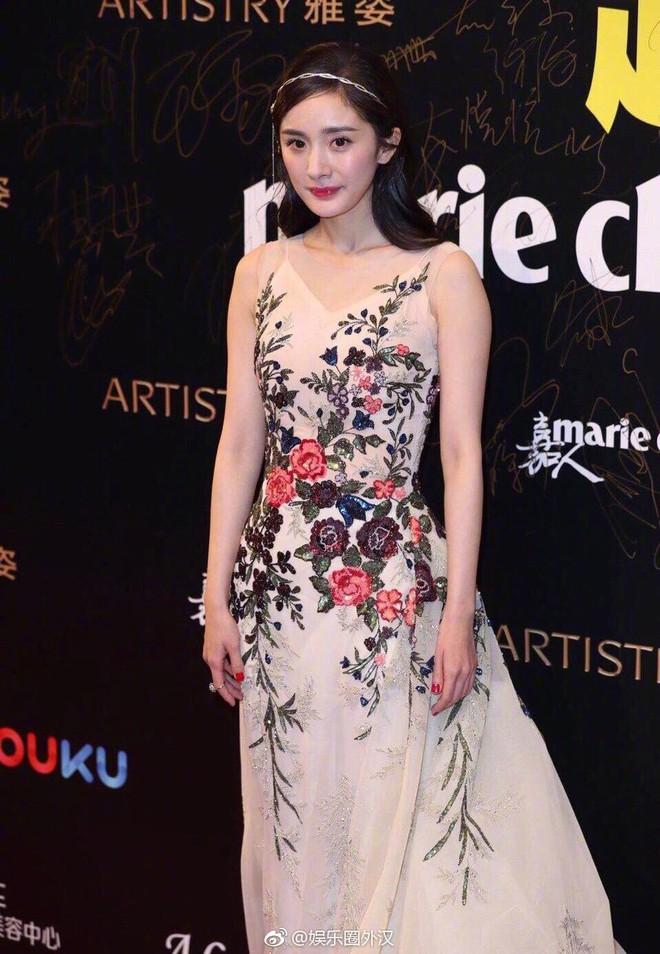 Thảm đỏ Marie Claire: Đường Yên chiếm sóng với chiếc váy đẹp xuất sắc, Lưu Diệc Phi kém sang hơn hẳn Dương Mịch - Angela Baby - Ảnh 4.