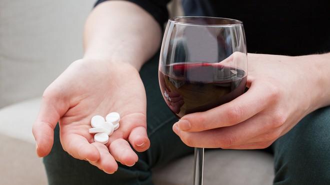 5 sai lầm khi uống thuốc không chỉ khiến thuốc giảm tác dụng mà còn gây hại sức khỏe - Ảnh 2.