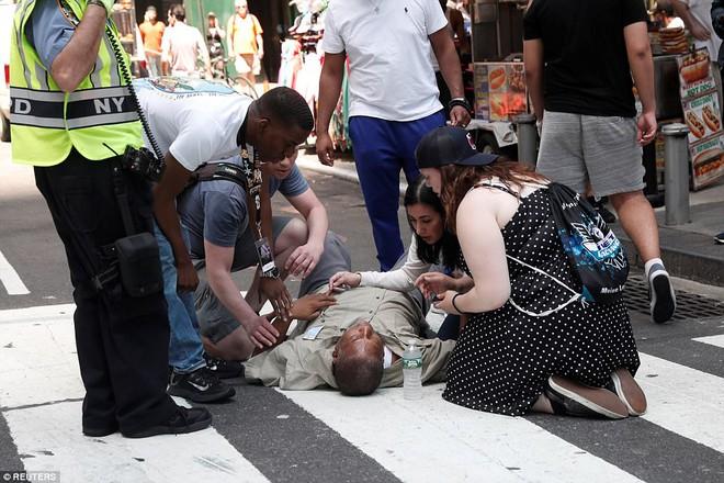 Nạn nhân nằm la liệt sau vụ xe điên lao vào đám đông ở Quảng trường Thời Đại - Ảnh 9.