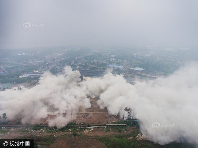 Trung Quốc phá dỡ nhà máy nhiệt điện, cả ngọn tháp cao bằng tòa nhà 60 tầng đổ sập trong vài giây ngắn ngủi - Ảnh 9