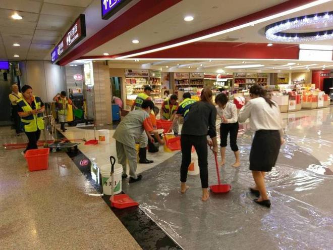 Người dân Đài Loan chật vật đối mặt với ngập úng khắp nơi bởi trận mưa lớn kỷ lục trong 17 năm qua 11
