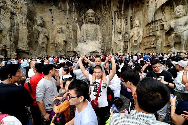 Nghỉ lễ theo phong cách biển người ở Trung Quốc: Ngày đầu kẹt xe, ngày giữa chen chúc, ngày cuối tắc đường - Ảnh 8.