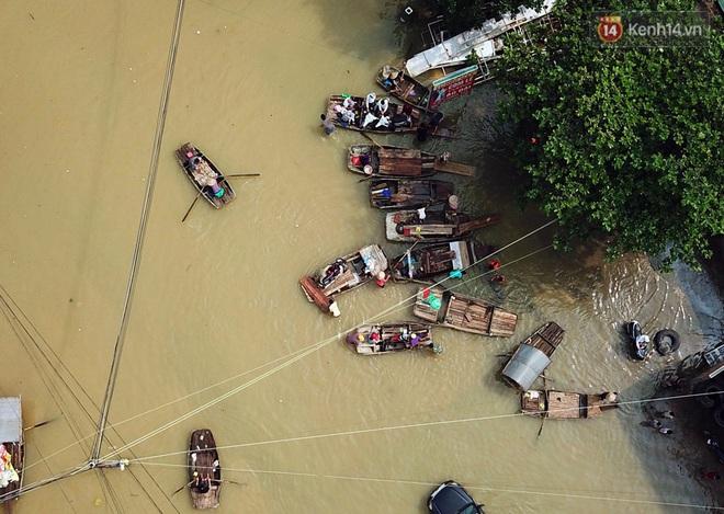 Chùm ảnh: Kiếm bộn tiền từ việc chèo đò qua điểm ngập nặng trong đợt lụt lịch sử tại Ninh Bình - ảnh 7