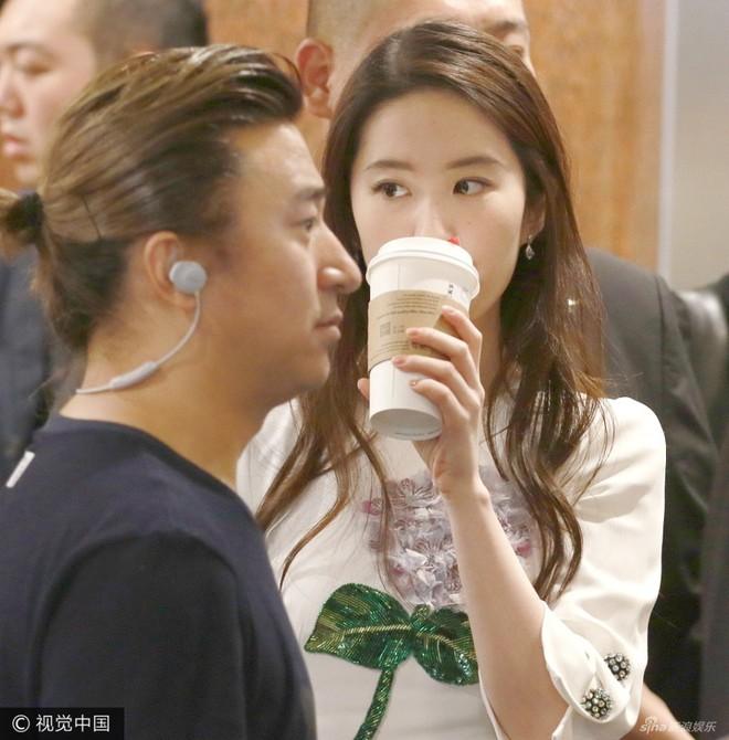Chỉ là uống cafe thôi, Lưu Diệc Phi cũng được vệ sĩ thắt chặt vây quanh
