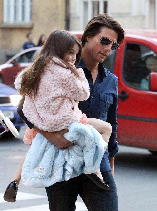 Suri Cruise đau buồn cầu xin bố Tom đến gặp bé sau 4 năm xa cách - Ảnh 3.