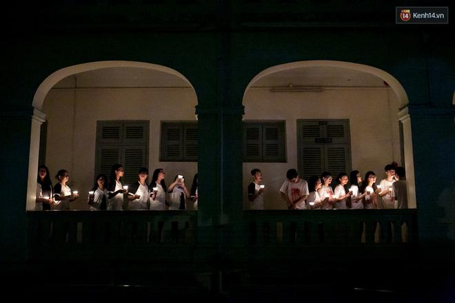 Đêm ra trường ngập tràn ánh nến, thắp vạn điều ước tuổi 18 của học sinh trường chuyên Lê Hồng Phong - Ảnh 2.