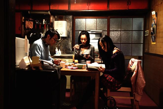 Không cần ma quỷ, 7 phim kinh dị Nhật vẫn rùng rợn ăn đứt búp bê ma Annabelle - Ảnh 7.