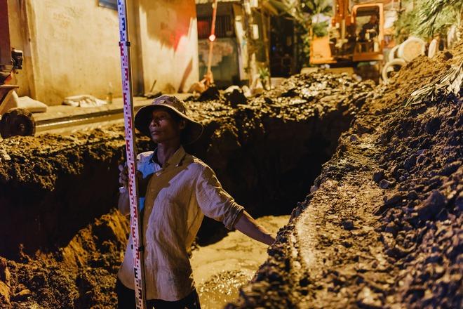Chùm ảnh: Những công nhân miệt mài dưới lòng đất khi Sài Gòn chìm vào giấc ngủ - Ảnh 8.