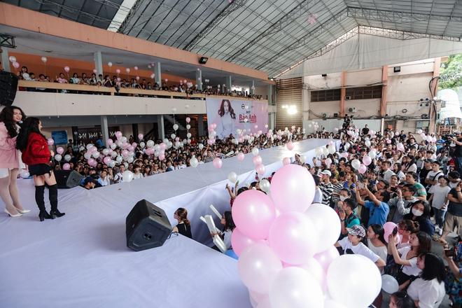 Mặc trưa nắng nóng, người hâm mộ vẫn vây kín sân khấu cổ vũ Bảo Anh nhiệt tình tại fan meeting - ảnh 1