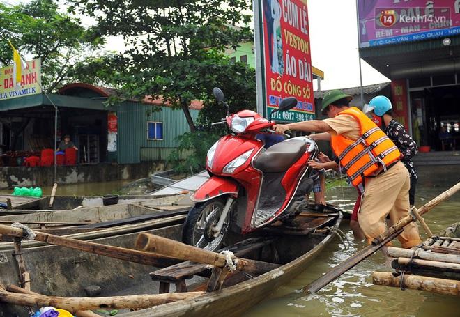 Chùm ảnh: Kiếm bộn tiền từ việc chèo đò qua điểm ngập nặng trong đợt lụt lịch sử tại Ninh Bình - ảnh 8