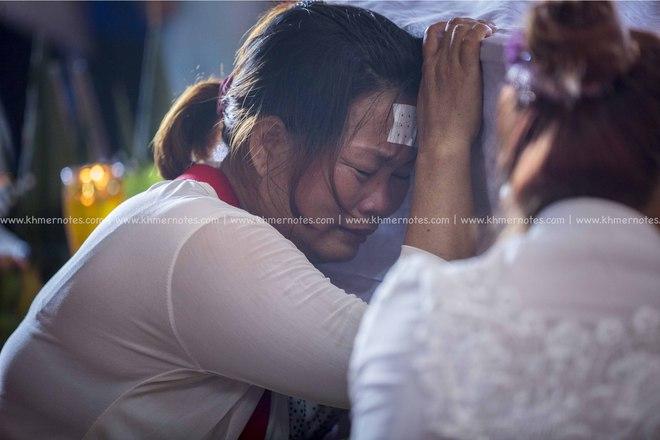 Đám tang Á quân The Voice Campuchia bị chồng bắn chết: Hai con thơ dại và bạn trai tin đồn đến đưa tiễn - Ảnh 13.