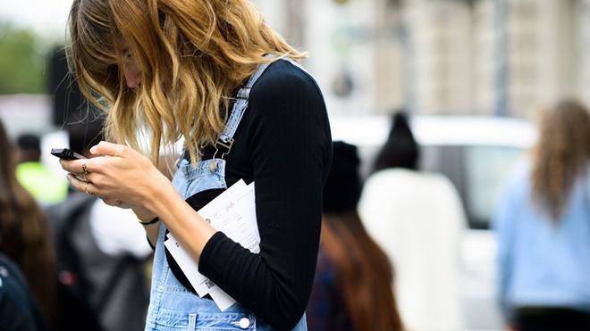 """Hãy cẩn thận, dùng điện thoại sai cách sẽ khiến bạn bị """"cằm đôi"""" xấu xí như này"""