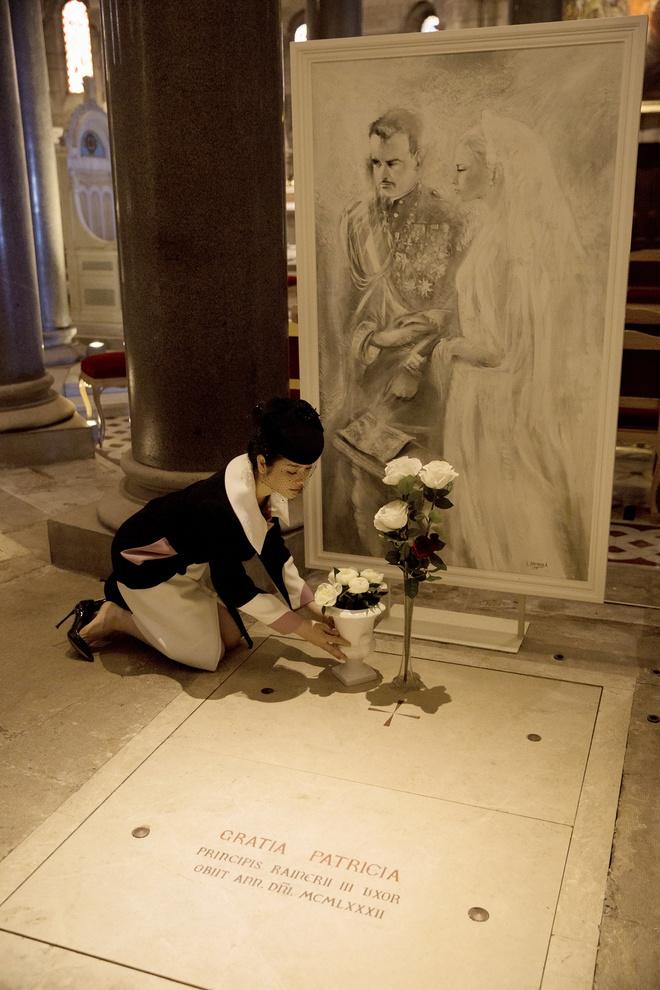 Lý Nhã Kỳ mặc quý phái tới viếng mộ Công nương Grace Kelly tại Monaco - Ảnh 10.