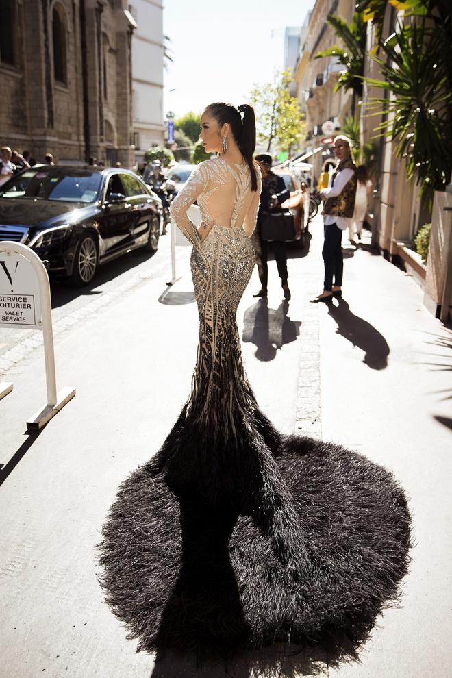 Lý Nhã Kỳ lột xác, hoá Nữ hoàng Cleopatra trên thảm đỏ LHP Cannes ngày 4 - Ảnh 1.
