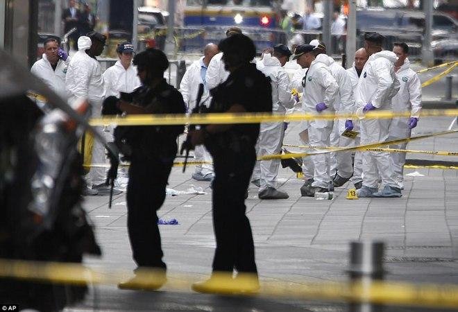 Nạn nhân nằm la liệt sau vụ xe điên lao vào đám đông ở Quảng trường Thời Đại - Ảnh 15.