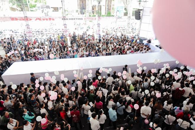Mặc trưa nắng nóng, người hâm mộ vẫn vây kín sân khấu cổ vũ Bảo Anh nhiệt tình tại fan meeting - ảnh 2