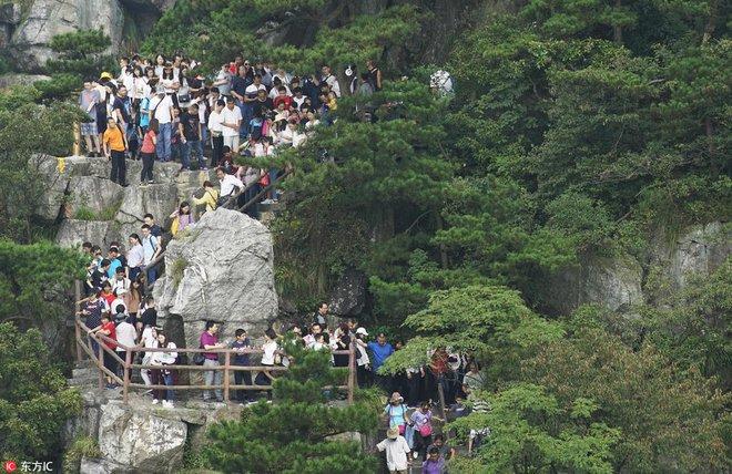 Nghỉ lễ theo phong cách biển người ở Trung Quốc: Ngày đầu kẹt xe, ngày giữa chen chúc, ngày cuối tắc đường - Ảnh 10.