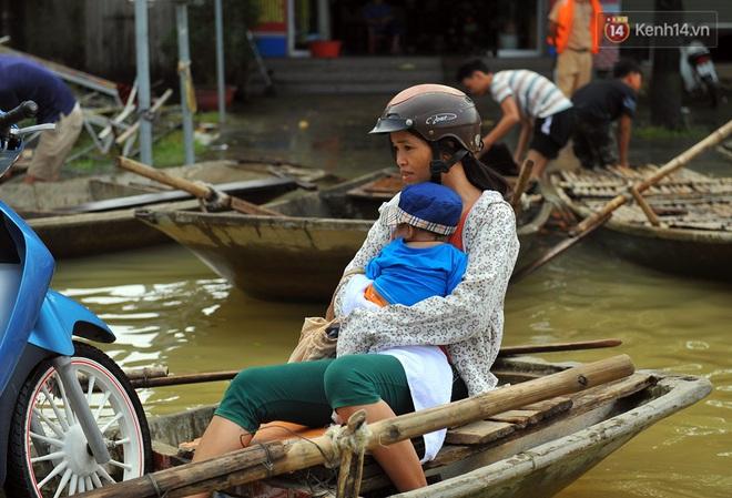Chùm ảnh: Kiếm bộn tiền từ việc chèo đò qua điểm ngập nặng trong đợt lụt lịch sử tại Ninh Bình - ảnh 9