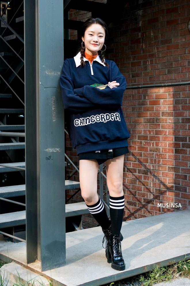 Ngắm street style màu mè nhưng chất lừ của giới trẻ Hàn, bạn sẽ học được chân kinh mặc đơn giản mà vẫn đẹp mê ly - Ảnh 9.