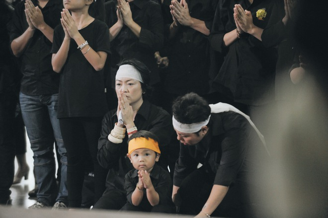 Hàng nghìn học sinh Lương Thế Vinh đứng hai bên đường tiễn đưa đoàn xe chở linh cữu thầy Văn Như Cương về nơi an nghỉ cuối cùng - Ảnh 8.