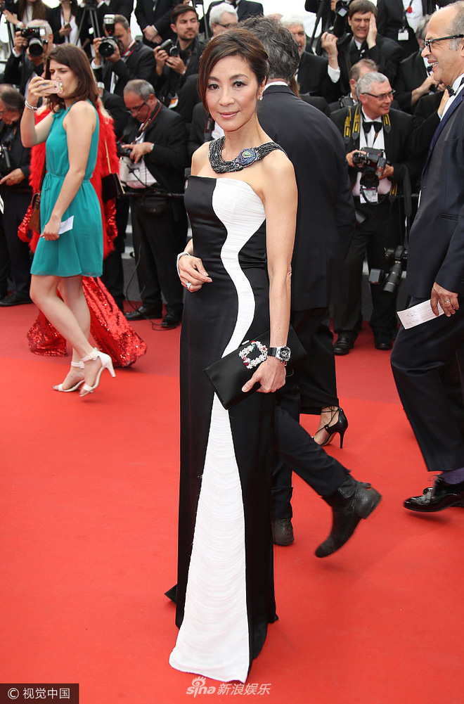 Chân dài người Séc hớ hênh nội y ngay giữa thảm đỏ LHP Cannes ngày 2 - Ảnh 11.