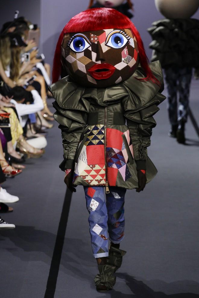 Búp bê đầu khổng lồ trên sàn diễn Haute Couture: Vừa dễ thương lại vừa dễ... sợ - Ảnh 6.