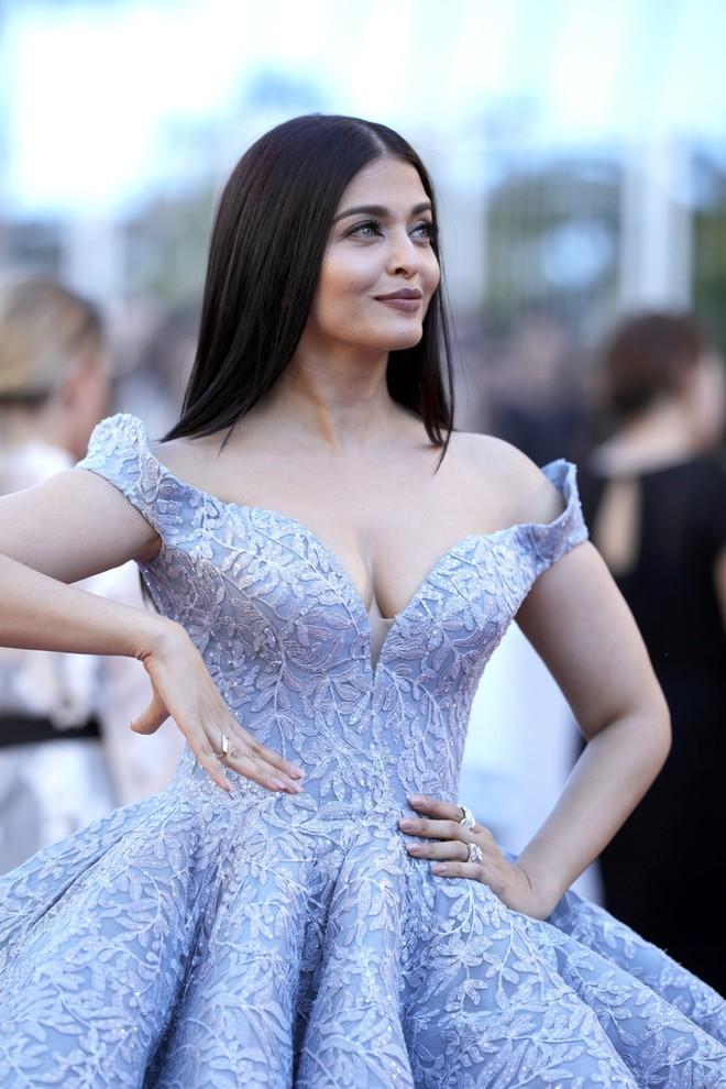 Hoa hậu Aishwarya Rai đẹp như Lọ Lem, chặt chém dàn mỹ nhân trên đấu trường nhan sắc Cannes! - Ảnh 5.
