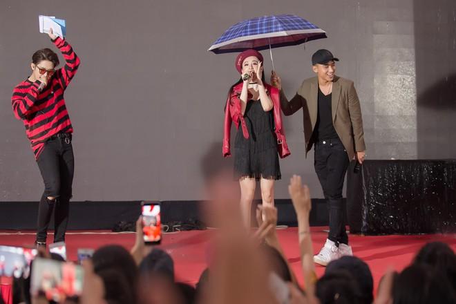 Hữu Vi khoá môi Angela Phương Trinh say đắm giữa trời mưa trước mặt khán giả - ảnh 1