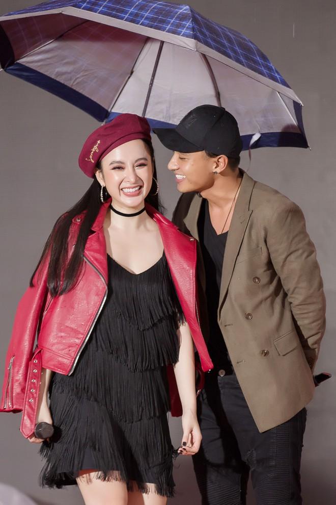 Hữu Vi khoá môi Angela Phương Trinh say đắm giữa trời mưa trước mặt khán giả - ảnh 2