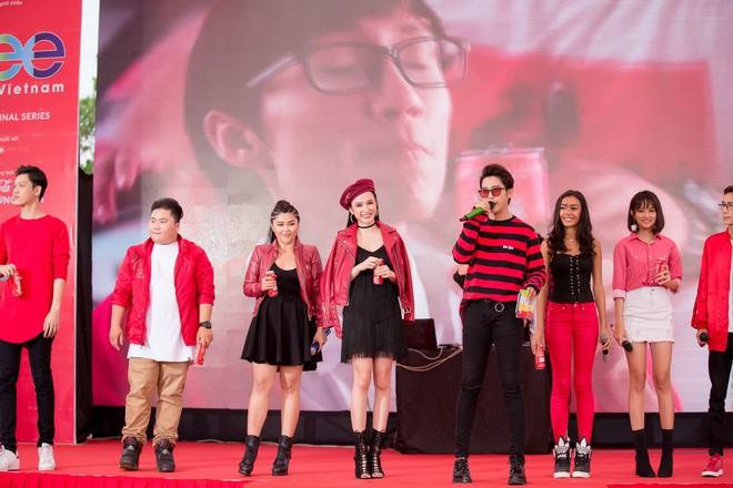 Hữu Vi khoá môi Angela Phương Trinh say đắm giữa trời mưa trước mặt khán giả - ảnh 7