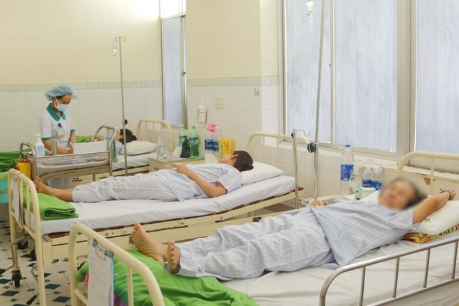 Gần 50 du khách bị ngộ độc thực phẩm, Đà Nẵng công bố đường dây nóng - ảnh 1