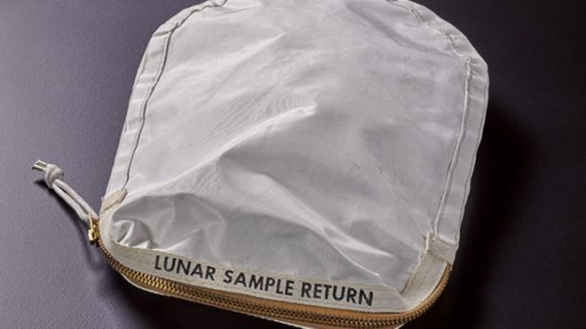 Túi bụi mặt trăng của Neil Armstrong sẽ được đem bán đấu giá sau nhiều năm thất lạc - ảnh 1