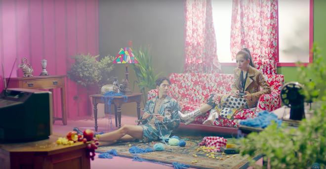 """Vừa ra mắt, concept MV mới của Chi Pu lại bị soi """"hao hao"""" sản phẩm âm nhạc của Park Bom 8 năm trước"""