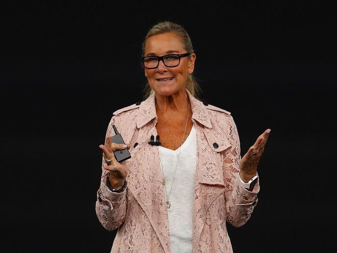 Ngoài iPhone X, chiếc áo khoác 65 triệu mà phó giám đốc bán lẻ Apple diện cũng khiến dân tình ngây ngất - Ảnh 1.