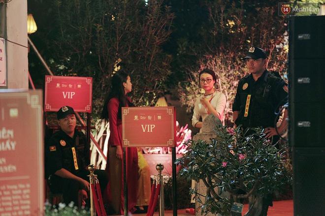 """""""Thu vọng nguyệt"""" ở Văn Miếu: Có gì bên trong khu Siêu VIP cách ly được cảnh sát bảo vệ, giá vé vài triệu vẫn đông nghịt khách? - Ảnh 15."""