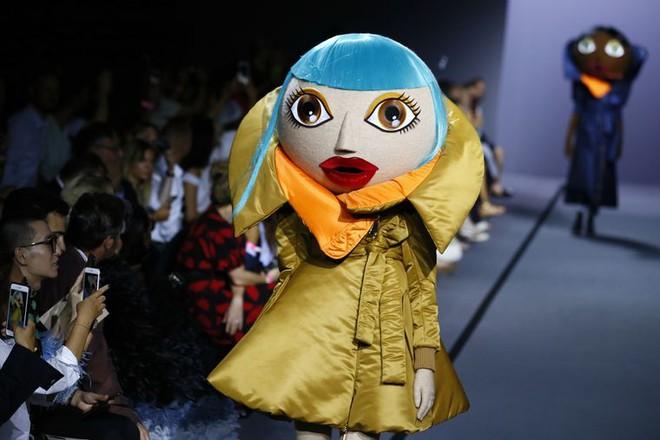Búp bê đầu khổng lồ trên sàn diễn Haute Couture: Vừa dễ thương lại vừa dễ... sợ - Ảnh 3.
