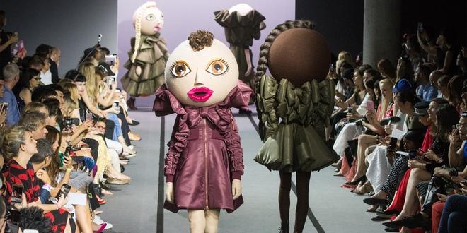 Búp bê đầu khổng lồ trên sàn diễn Haute Couture: Vừa dễ thương lại vừa dễ... sợ - Ảnh 1.