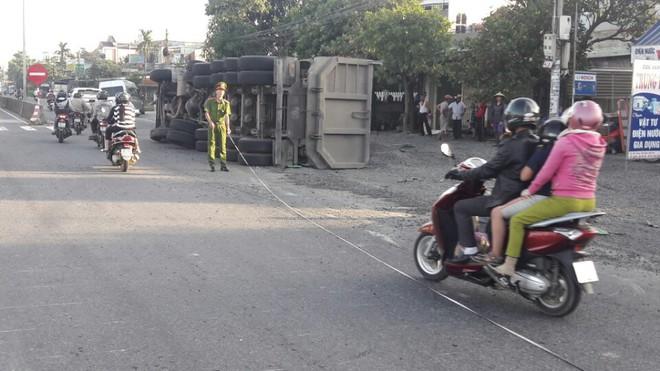 Quảng Nam: Xe tải lật giữa đường sau va chạm với xe khách, quốc lộ ách tắc nhiều giờ - ảnh 2