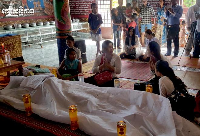 Đám tang Á quân The Voice Campuchia bị chồng bắn chết: Hai con thơ dại và bạn trai tin đồn đến đưa tiễn - Ảnh 12.