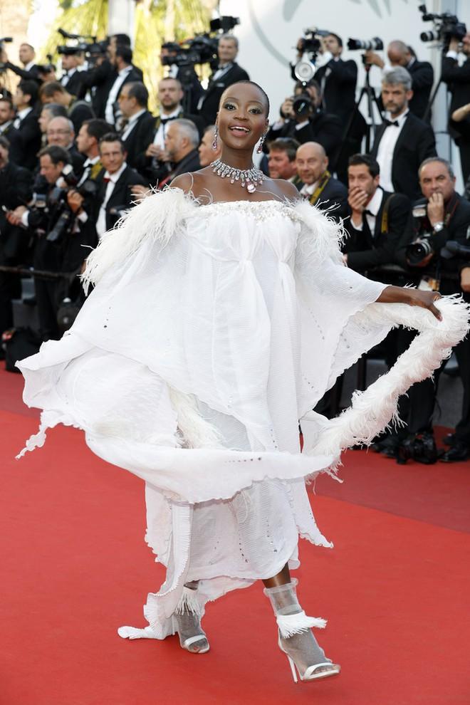 Nữ diễn viên vô danh diện váy hở bạo trở thành bà hoàng thảm đỏ tại Cannes - Ảnh 11.