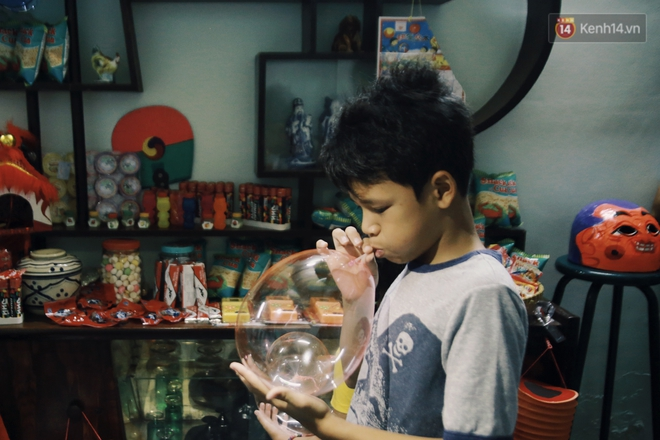"""Vui như """"Trung thu 1992"""" ở Sài Gòn: Con nít cùng bố mẹ quậy tưng trước khoảng sân treo đầy lồng đèn ông sao - Ảnh 7."""