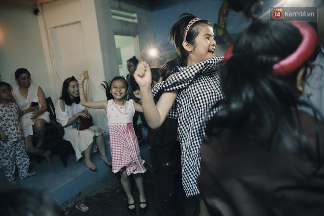 """Vui như """"Trung thu 1992"""" ở Sài Gòn: Con nít cùng bố mẹ quậy tưng trước khoảng sân treo đầy lồng đèn ông sao - Ảnh 13."""