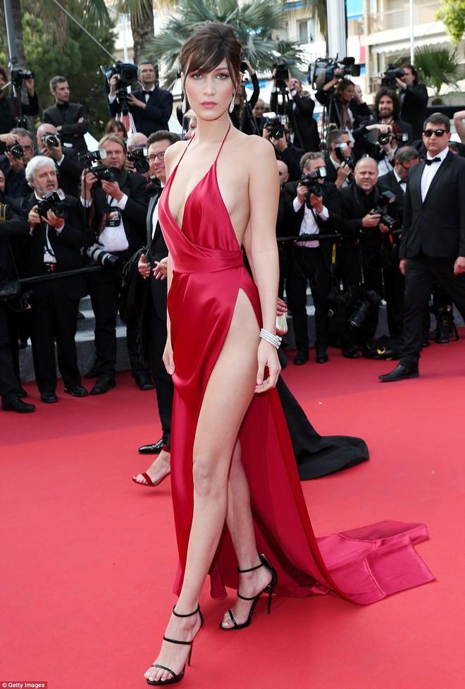 Người đẹp vô danh Cbiz tiếp tục bon chen thảm đỏ Cannes, tự biến mình thành Bella phien bản lỗi - Ảnh 6.